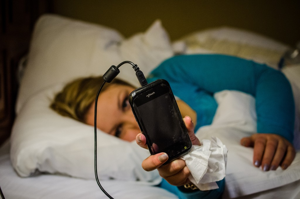 Sleeping with a smartphone - Photo by: m01229 - Source: Flickr Creative Commons